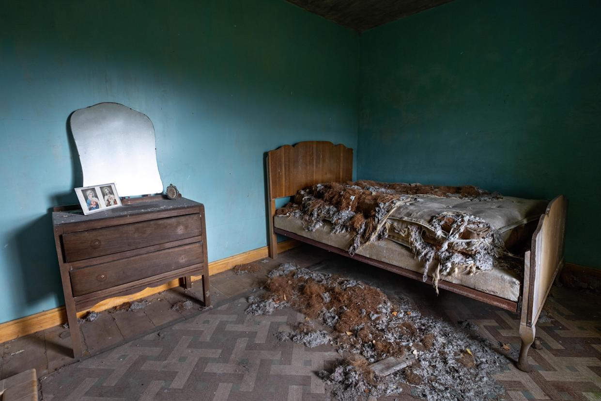 A bedroom in an abandoned home in Northern Ireland, March 12, 2018. (Photo: Unseen Decay/Mercury Press/Caters News)