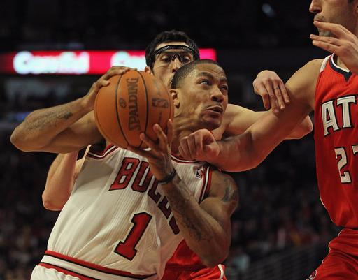 CHICAGO, IL - FEBRUARY 20: Derrick Rose #1 of the Chicago Bulls drives to the basket under pressure from Kirk Hinrich #6 and Zaza Pachulia #27 of the Atlanta Hawks at the United Center on February 20, 2012 in Chicago, Illinois. The Bulls defeated the Hawks 90-79. (Photo by Jonathan Daniel/Getty Images)
