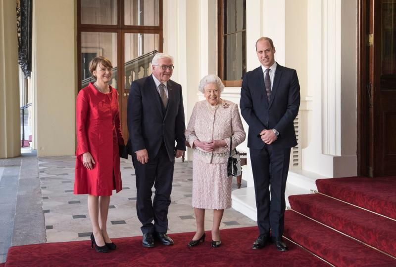 Britain's Queen Elizabeth II (2R) and her grandson Britain's Prince William, Duke of Cambridge (R), greet Germany's President Frank-Walter Steinmeier (2L) and his wife Elke Budenbender outside the Grand Entrance of Buckingham Palace in central London on November 28, 2017, ahead of a private lunch. (Photo by Victoria Jones / POOL / AFP) (Photo by VICTORIA JONES/POOL/AFP via Getty Images)