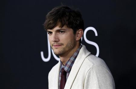 """Ashton Kutcher poses at the premiere of """"Jobs"""" in Los Angeles"""
