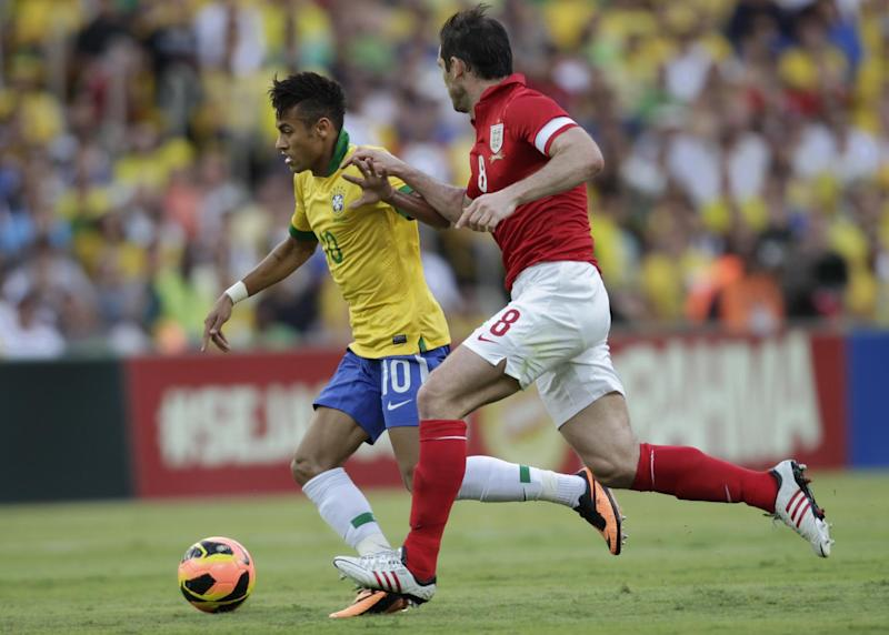 England's Frank Lampard, right, and Brazil's Neymar, left, vie for the ball during an international soccer friendly at the Maracana stadium in Rio de Janeiro, Brazil, Sunday, June 2, 2013. (AP Photo/Victor R. Caivano)