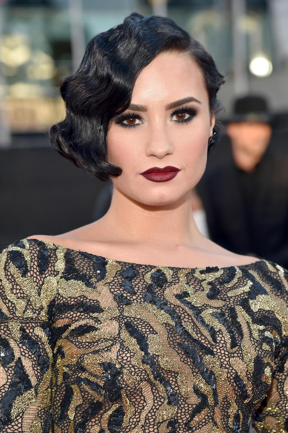 <p>The singer paired '20s-style finger waves with on-trend vamp lips and dark smoky eyes for the red carpet.<i> (Photo: Getty Images)</i></p>