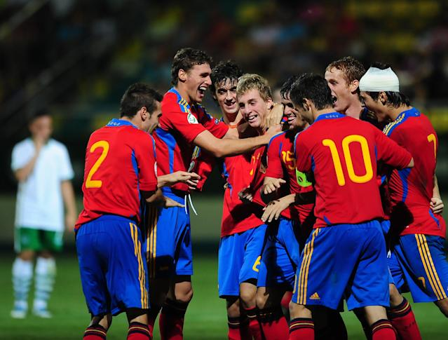 The Spanish team celebrates its 3-0 victory against Ireland during their UEFA European Under-19 Championship football match, near the village of Chiajna village, outside of Bucharest, on July 29, 2011. AFP PHOTO/DANIEL MIHAILESCU (Photo credit should read DANIEL MIHAILESCU/AFP/Getty Images)