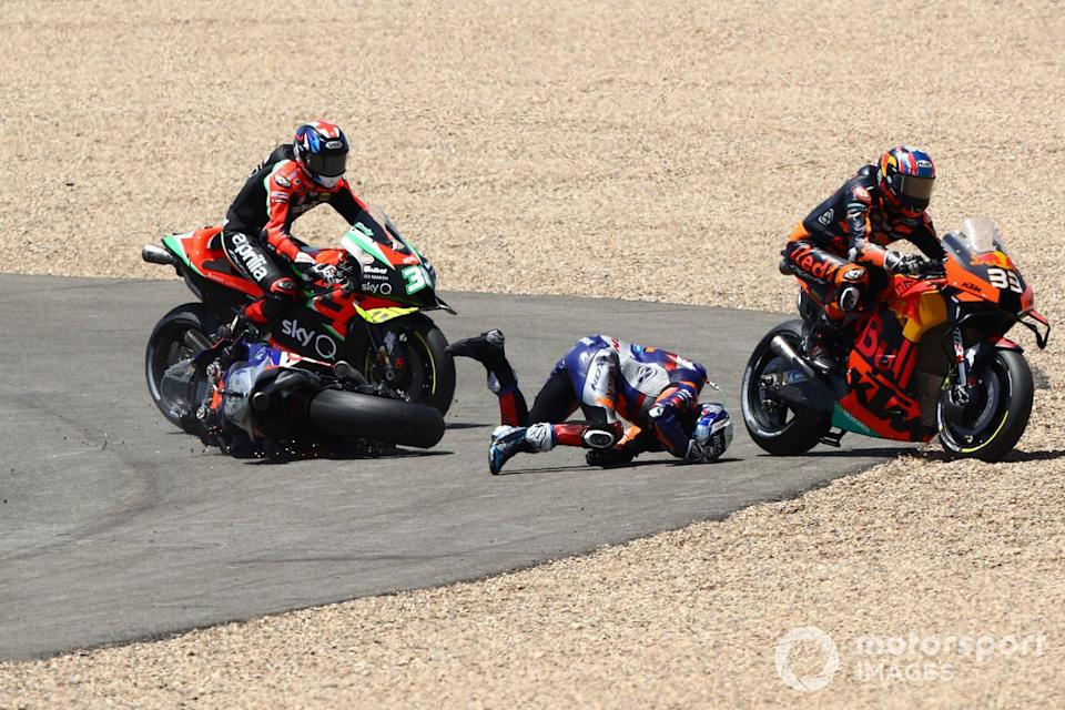 "Miguel Oliveira, Red Bull KTM Tech 3 y Brad Binder, Red Bull KTM Factory Racing chocan en la primera curva<span class=""copyright"">Gold and Goose / Motorsport Images</span>"