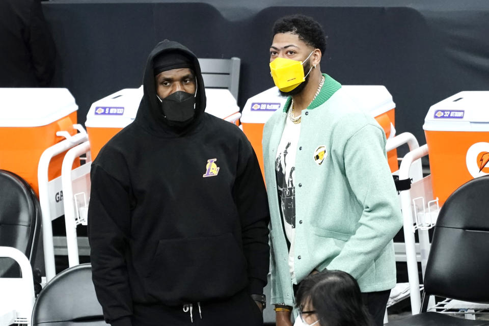 Los Angeles Lakers forward Anthony Davis, right, and forward LeBron James