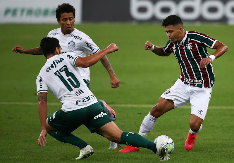 RIO DE JANEIRO, BRAZIL - AUGUST 12: Evanilson (R) of Fluminense fights for the ball against Luan of Palmeiras during the match between Fluminense and Palmeiras as part of 2020 Brasileirao Series A at Maracana Stadium on August 12, 2020 in Rio de Janeiro, Brazil. The match is played behind closed doors and further precautionary measures against the coronavirus (COVID - 19) Pandemic. (Photo by Buda Mendes/Getty Images)