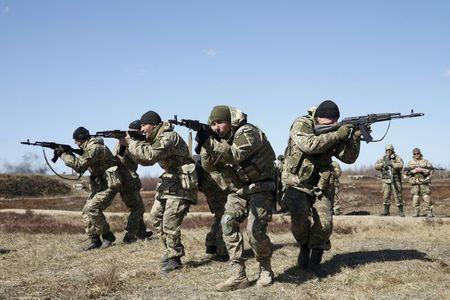 Ukrainian newly mobilized paratroopers take part in tactical exercises during a military drill near Zhytomyr April 9, 2015. REUTERS/Valentyn Ogirenko