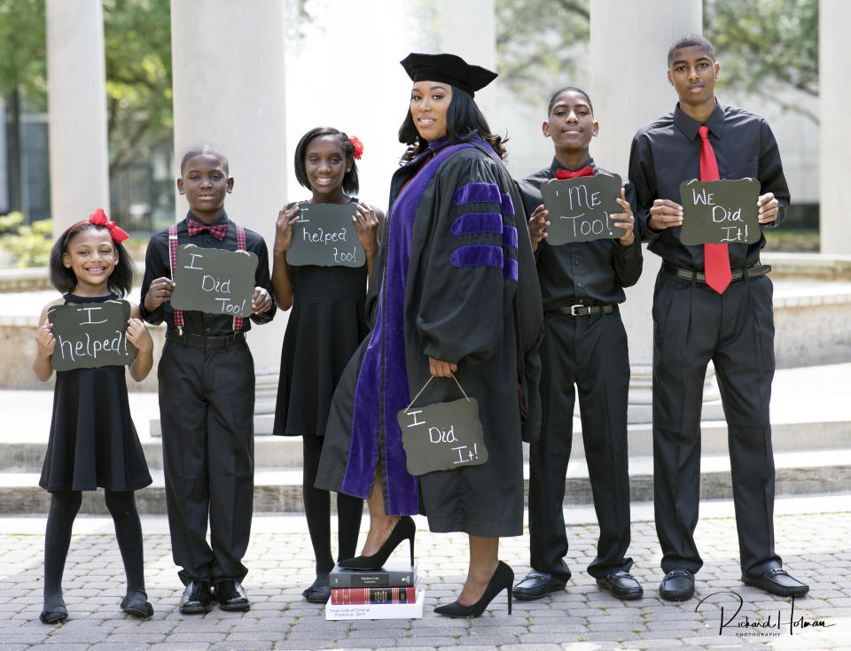 """Ieshia Champs stands at center with her children (left to right) <span>E'mani, 5, Kaleb, 8, Khassidy,11, Davien, 12, and David, 14.</span> (Photo: <a href=""""http://www.rhphotostudio.com/"""" rel=""""nofollow noopener"""" target=""""_blank"""" data-ylk=""""slk:Richard Holman Photography"""" class=""""link rapid-noclick-resp"""">Richard Holman Photography</a>)"""