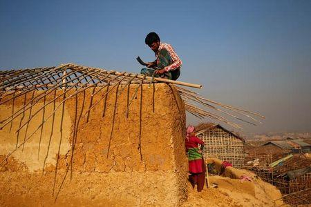 Newly arrived Rohingya refugees build a new makeshift home at Kutupalang Unregistered Refugee Camp in Cox's Bazar, Bangladesh, February 6, 2017. REUTERS/Mohammad Ponir Hossain