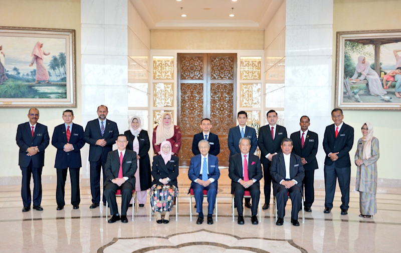 Dr Mahathir (centre) and members of the Cabinet pose for a group picture in Putrajaya on May 23, 2018. — Picture via Twitter/AzminAli