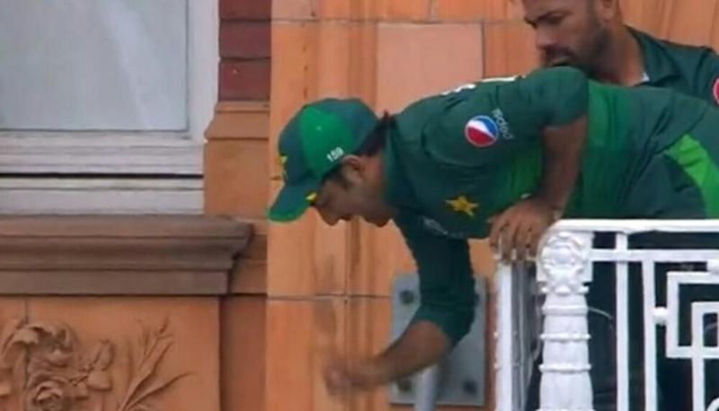 Sarfaraz Ahmed, Dangling From the Balcony of Lord's Cricket Ground, Evokes Hilarious Memes Ahead of PAK vs NZ, CWC 2019 Match