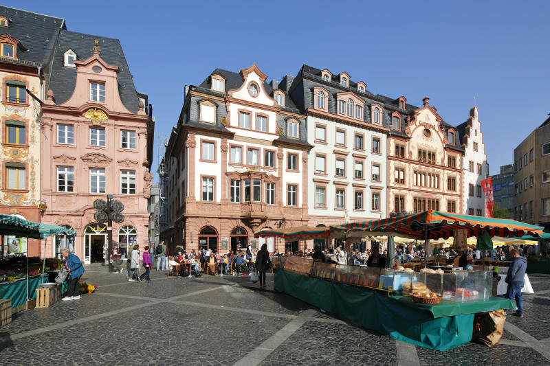 D-Mainz, Rhine, Rhine-Main district, Rhineland, Rhineland-Palatinate, weekly market at the market place, business houses and residential buildings, market stalls, people (Photo by Werner OTTO/ullstein bild via Getty Images)