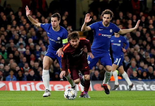 Soccer Football - Champions League Round of 16 First Leg - Chelsea vs FC Barcelona - Stamford Bridge, London, Britain - February 20, 2018 Barcelona's Lionel Messi in action with Chelsea's Cesar Azpilicueta and Cesc Fabregas REUTERS/David Klein TPX IMAGES OF THE DAY