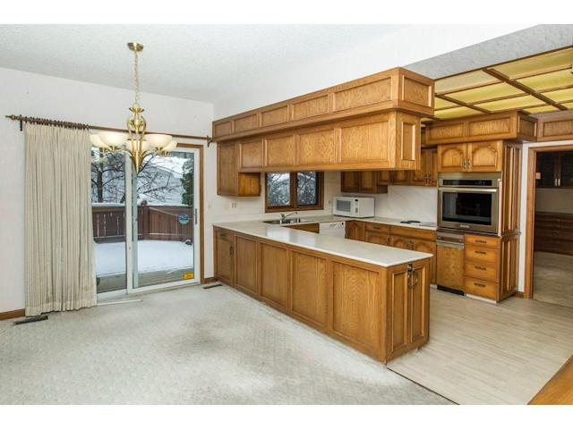 <p><span>119 Pump Hill Rd. Southwest, Calgary, Alta.</span><br> The kitchen has plenty of storage space, and a walkout to the deck.<br> (Photo: Zoocasa) </p>