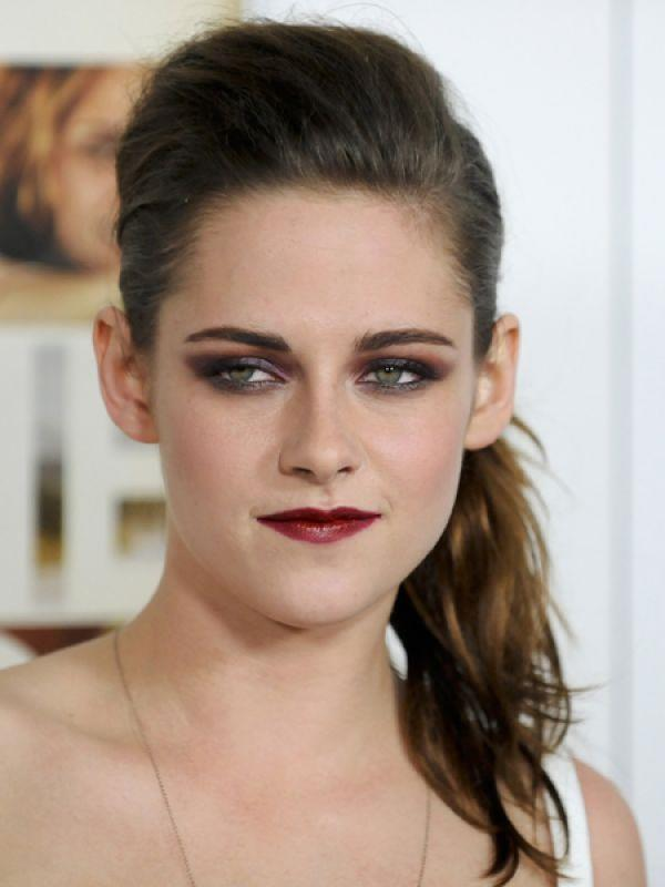 <p><strong>Images via : <a href='http://idiva.com'>iDiva.com</a></strong></p><p><strong>Kristen Stewart</strong>: Kristen has a gorgeous face, but her eyebrows are a disaster! For one, her eyebrows are too far away from the nose bridge. And secondly, her arches are very uneven.</p><p><strong>Related Articles - </strong></p><p><a href='http://idiva.com/photogallery-style-beauty/grooming-mistakes-you-should-never-make/21079' target='_blank'>Grooming Mistakes You Should Never Make</a></p><p><a href='http://idiva.com/news-style-beauty/style-file-bold-brows/23591' target='_blank'>Style File: Bold Brows</a></p>