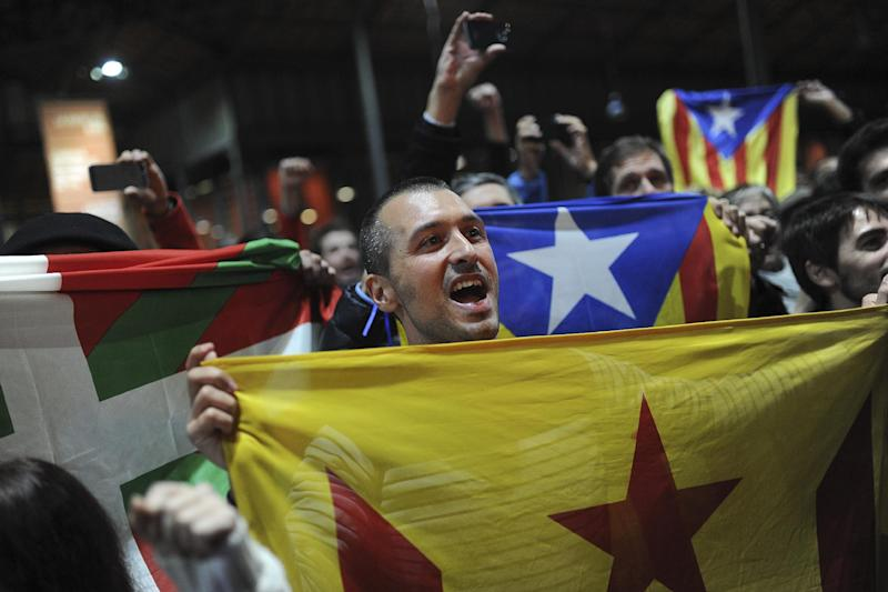 Pro-independence supporters hold a Catalan flag during a meeting organised by the Catalonia National Assembly at a polling station in Barcelona on November 9, 2014 (AFP Photo/Josep Lago)