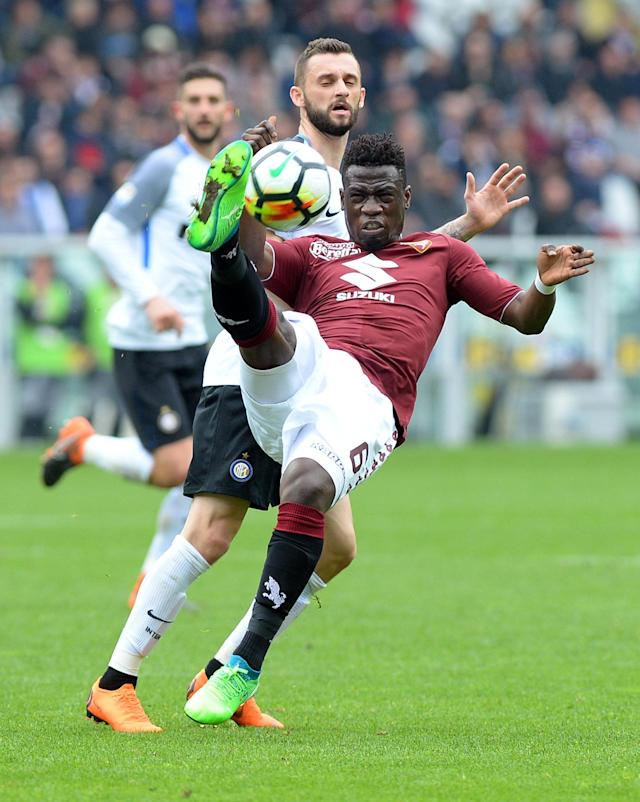 Soccer Football - Serie A - Torino vs Inter Milan - Stadio Olimpico Grande Torino, Turin, Italy - April 8, 2018 Torino's Afriyie Acquah in action with Inter Milan's Marcelo Brozovic REUTERS/Massimo Pinca