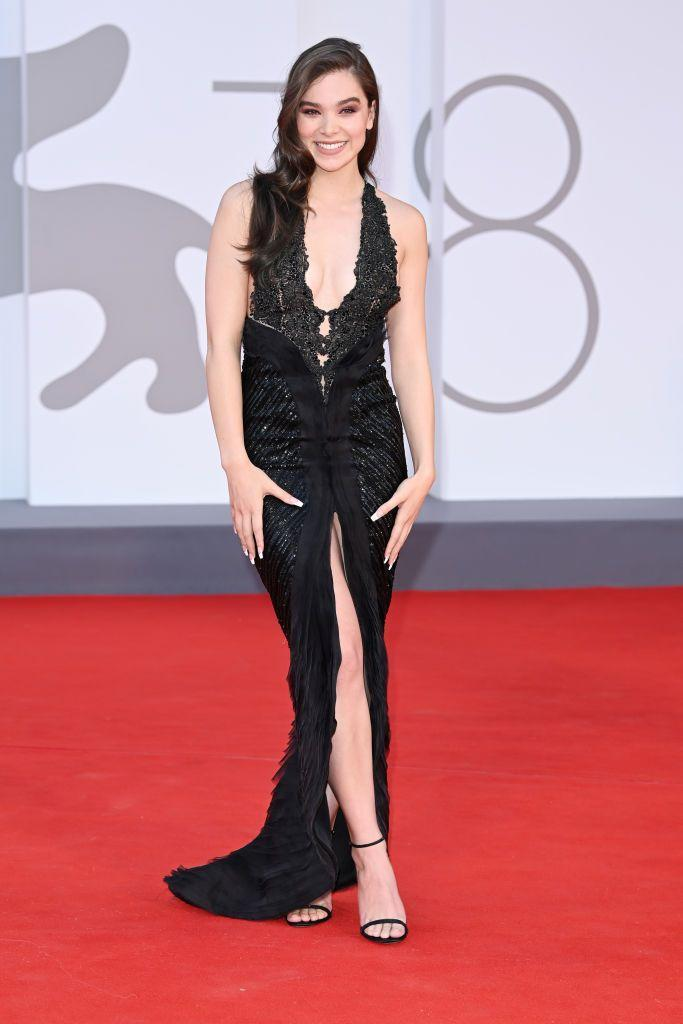 <p>Steinfeld stepped into an Armani Privé Couture dress to attend the red carpet of the movie 'Competencia Oficial'.</p>
