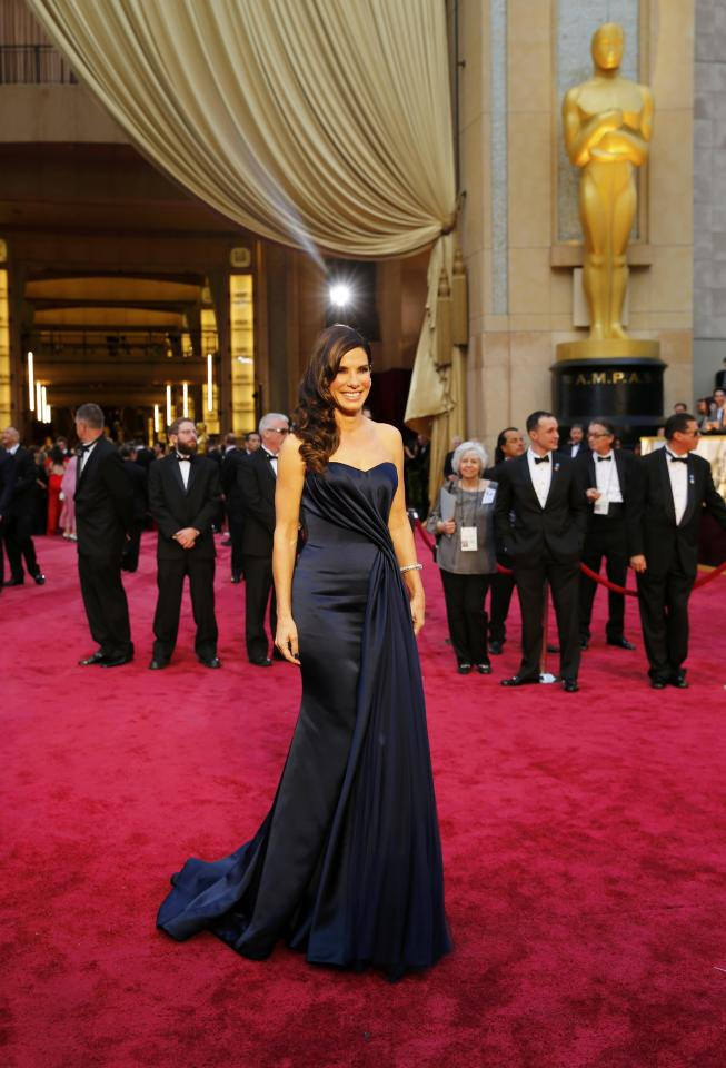 """Sandra Bullock, best actress nominee for her role in """"Gravity,"""" arrives on the red carpet at the 86th Academy Awards in Hollywood, California March 2, 2014. REUTERS/Mike Blake (UNITED STATES TAGS: ENTERTAINMENT) (OSCARS-ARRIVALS)"""