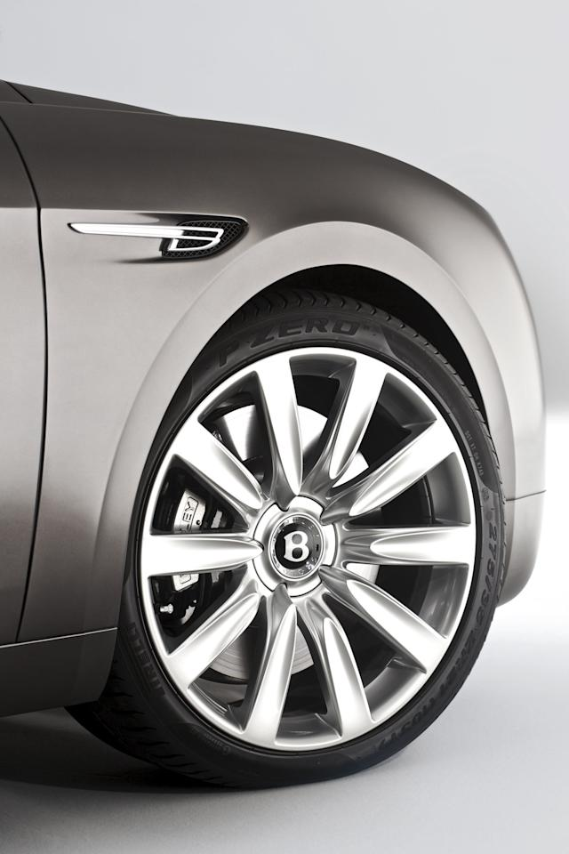 A new 19-inch Classic wheel is fitted exclusively to the new Flying Spur, either bright-painted or with a diamond turned finish. The new design consolidates a wider range of 20-inch five-spoke, 21-inch six-spoke and 21-inch ten-spoke wheels available as cost options.