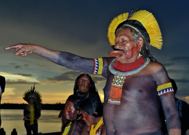 Chief Raoni Metuktire gestures during a press conference in Piaracu village in Mato Grasso state