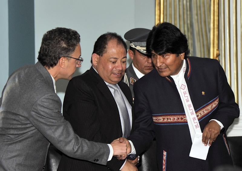 Bolivian President Evo Morales (R), Minister Carlos Romero (C) and United Nations Office on Drugs and Crime representative in Bolivia Antonino De Leo attend the presentation of the yearly coca culture monitoring report in La Paz, on August 17, 2015 (AFP Photo/Aizar Raldes)