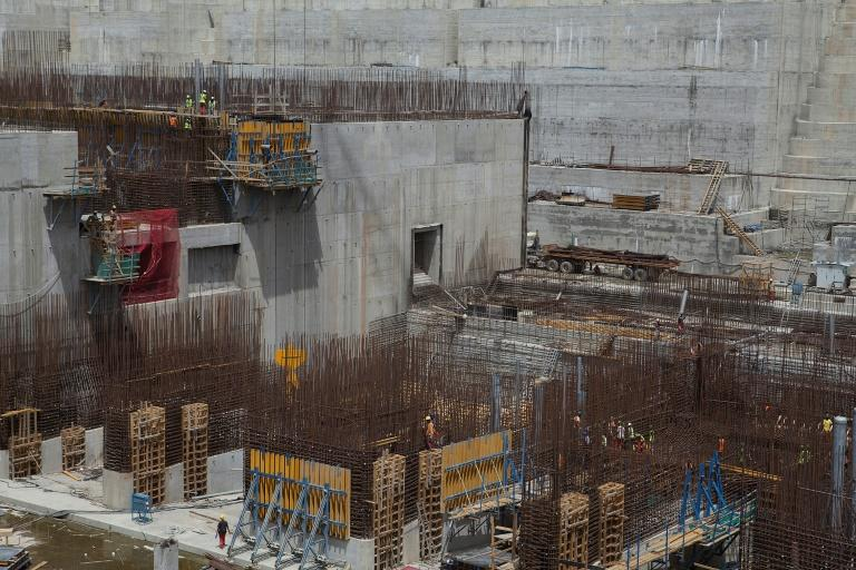 Ethiopian workers stand on scaffolding in March 2015 during construction of the Grand Renaissance Dam (AFP Photo/ZACHARIAS ABUBEKER)
