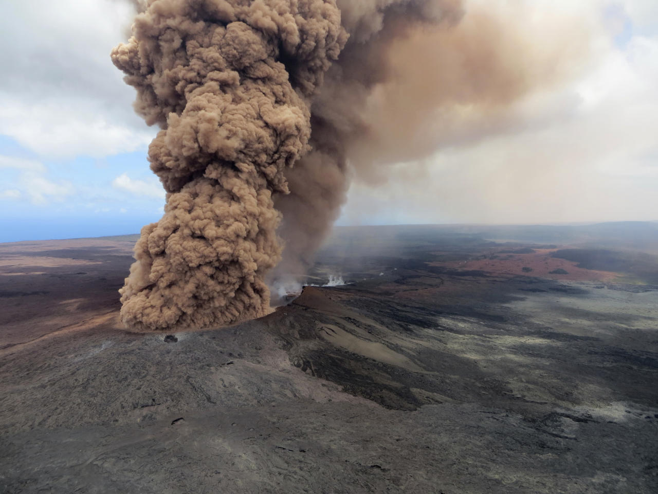 <p>A column of robust, reddish-brown ash plume occurred after a magnitude 6.9 South Flank of KÄ«lauea earthquake shook the Big Island of Hawaii, May 4, 2018. (Photo: U.S. Geological Survey via AP) </p>