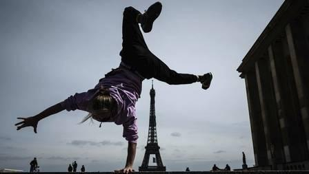 x88105708_French-free-runner-Johan-Tonnoir-practices-on-Trocadero-Plaza-with