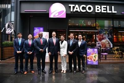 Governor Bevin and delegation in front of Shanghai Wujiaochang Taco Bell store