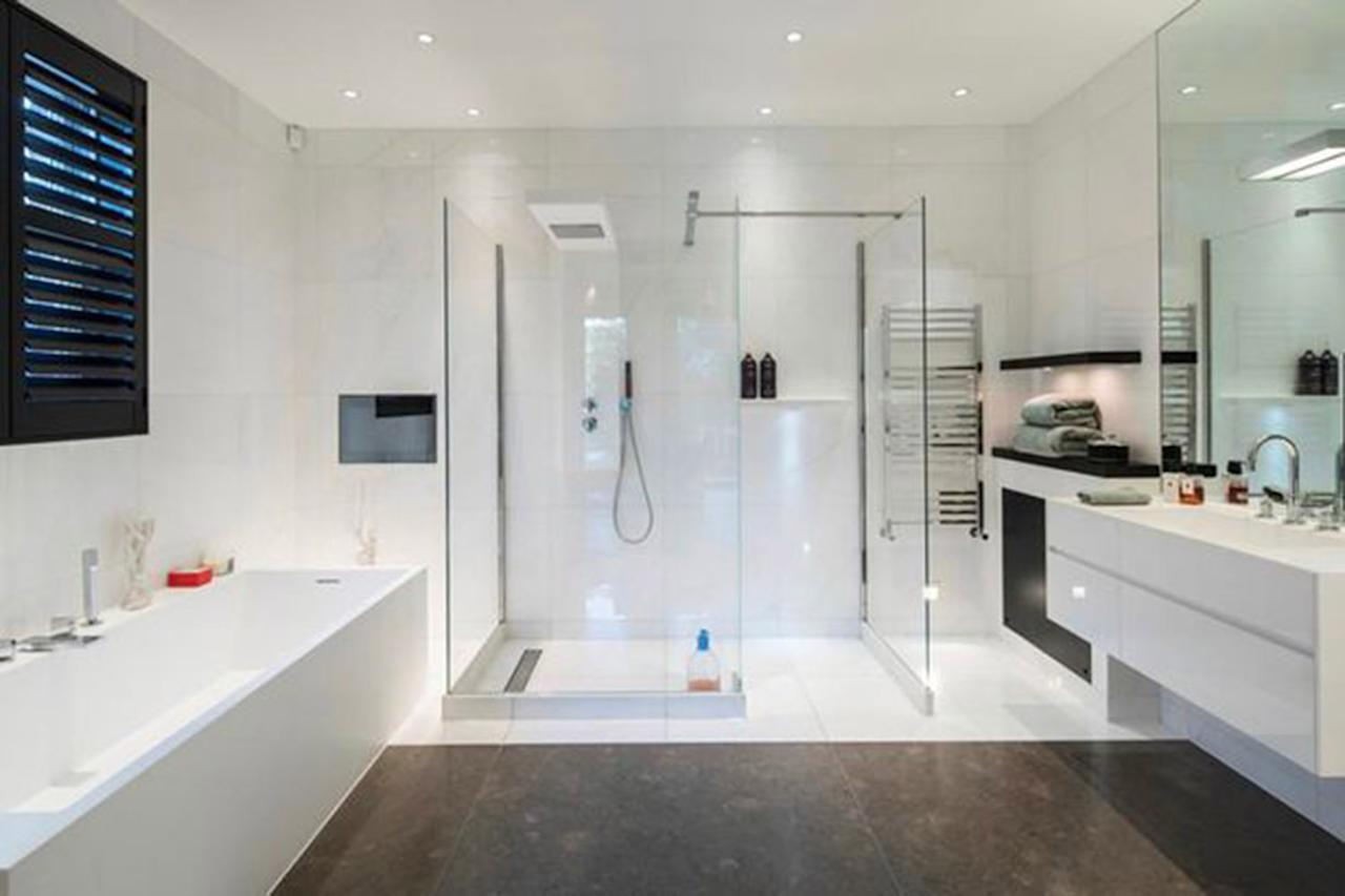 <p>Inside one of the SIX bathrooms </p>