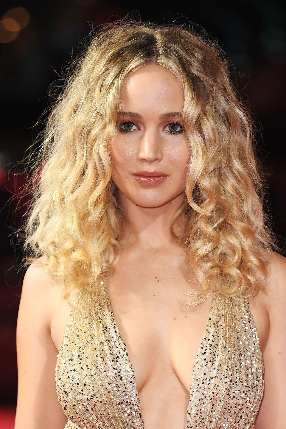 <p>When Jennifer Lawrence takes unruly curls rocking down the red carpet you know it's officially a thing. Mixing things up from her super sleek straight hair at the Baftas, J-Law went au naturel with a curly, tousled look for last night's Red Sparrow premiere.</p>
