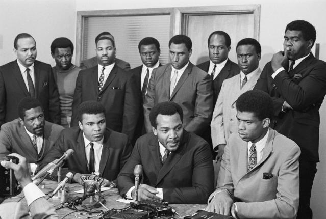 """The Cleveland Summit in 1967. Front row: Bill Russell, Muhammad Ali, Jim Brown and Kareem Abdul-Jabbar. Back row (left to right): Dem. Rep. Carl Stokes, Browns player Walter Beach, Redskins player Bobby Mitchell, Browns player Sid Williams, <a class=""""link rapid-noclick-resp"""" href=""""/nfl/teams/cleveland/"""" data-ylk=""""slk:Cleveland Browns"""">Cleveland Browns</a>; Chiefs player Curtis McClinton, Packers player Willie Davis, and Browns players Jim Shorter and John Wooten. (Getty Archive)"""