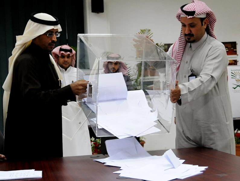 Saudi election officials prepare to count votes at the end of the municipal elections on December 12, 2015 in the capital Riyadh (AFP Photo/Fayez Nureldine)