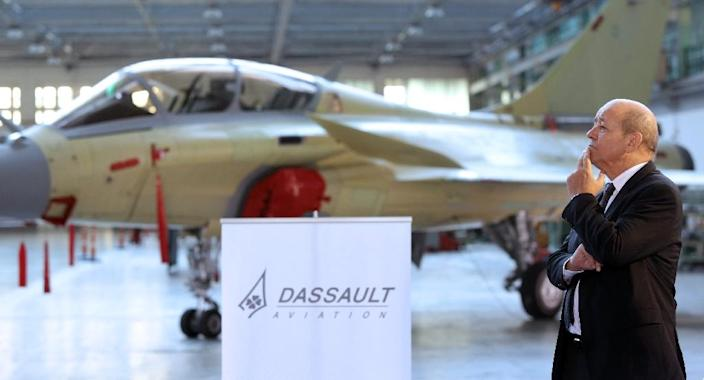 French Defence Minister Jean-Yves Le Drian looks at an assembly line of Rafale fighter jets in the factory of aircraft manufacturer Dassault Aviation (AFP Photo/Nicolas Tucat)