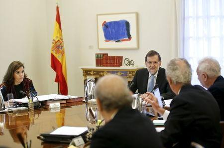 Spain's Prime Minister Mariano Rajoy listens to ministers during a cabinet meeting to appeal the independence motion in Catalonia at Moncloa palace in Madrid, Spain, November 11, 2015. REUTERS/Andrea Comas