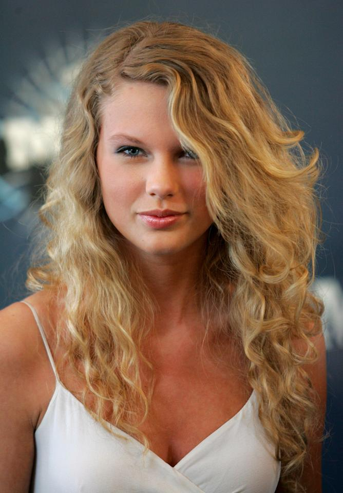 <p>Fresh-faced and glowing following the success of her eponymous debut album, 17-year-old Swift lets her natural beauty shine through with low-key eye makeup and lip gloss.</p>