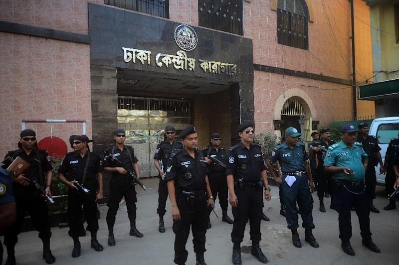 Bangladeshi security personnel stand guard outside a jail in Dhaka where Mohammad Kamaruzzaman, a top Islamist leader convicted of war crimes, was executed on April 11, 2015 (AFP Photo/Munir Uz Zaman)