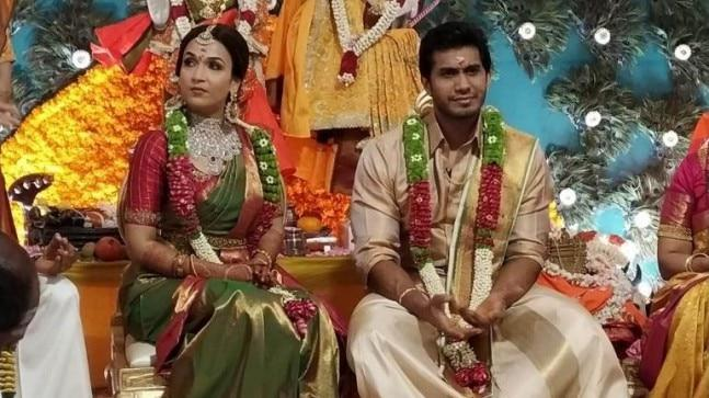 Soundarya Rajinikanth and Vishagan Vanangamudi tied the knot today according to Hindu customs. The newlywed couple posed for the shutterbugs after the wedding.