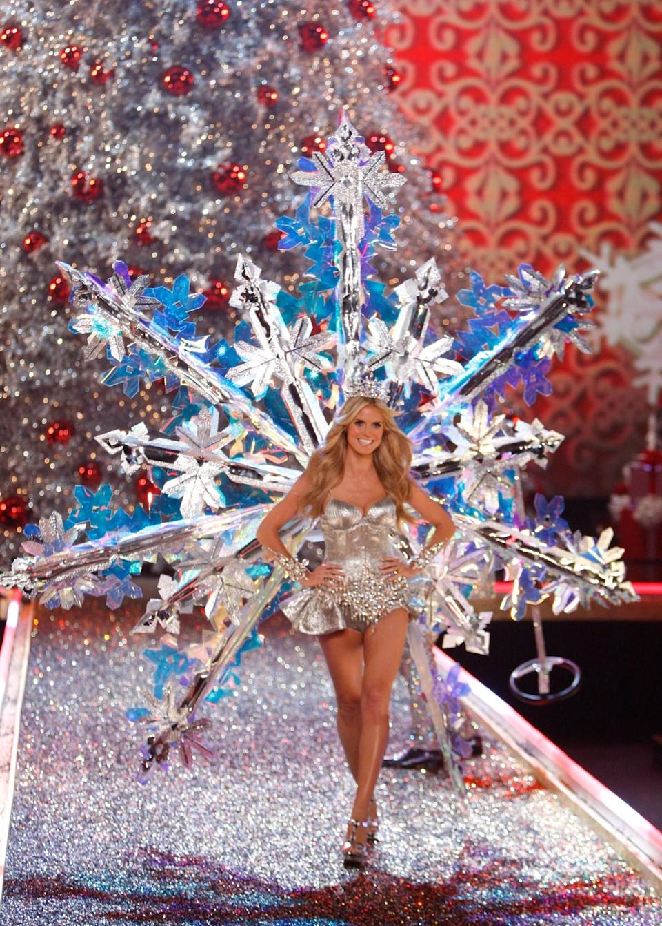 <p>Heidi Klum morphed into a Christmas decoration in 2007. [Photo: Getty] </p>