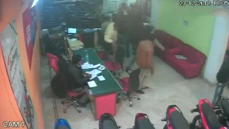 Delhi Man Injured After Being Thrashed by Mob in Motorcycle Showroom in Sangam Vihar; Watch Video