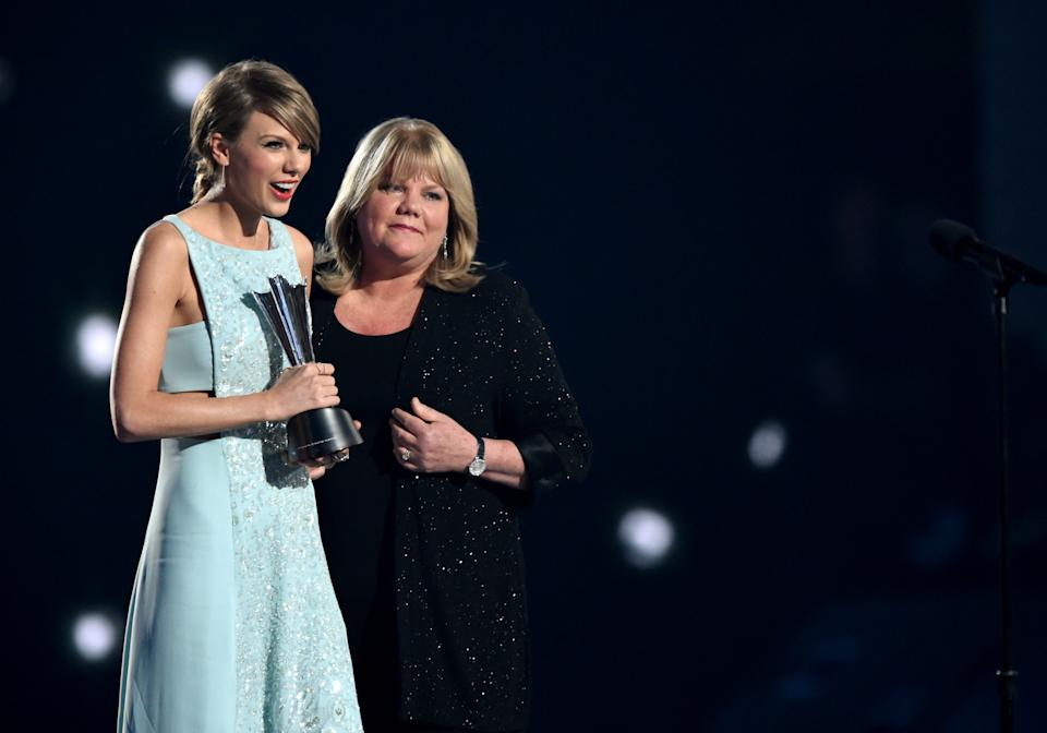 Honoree Taylor Swift (L) accepts the Milestone Award from Andrea Swift onstage during the 50th Academy Of Country Music Awards at AT&T Stadium on April 19, 2015 in Arlington, Texas.  (Photo by Cooper Neill/Getty Images for dcp)