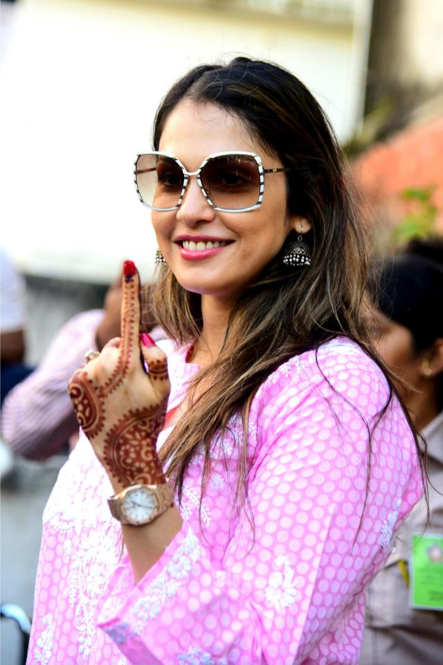 Bollywood actress Isha Koppikar shows her inked finger after casting his vote at a polling station during the state assembly election in Mumbai on October 21, 2019. (Photo by Sujit Jaiswal / AFP) (Photo by SUJIT JAISWAL/AFP via Getty Images)