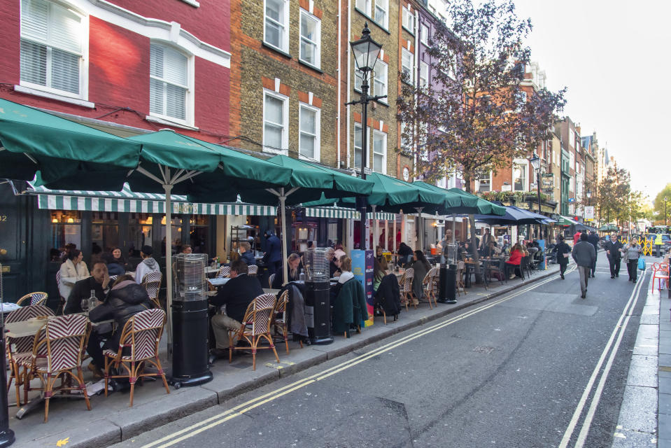 People dining at the restaurants on James Street on the eve of the 2nd Lockdown in London. Pubs and restaurants to close as England forced into new national coronavirus lockdown. (Photo by Dave Rushen / SOPA Images/Sipa USA)