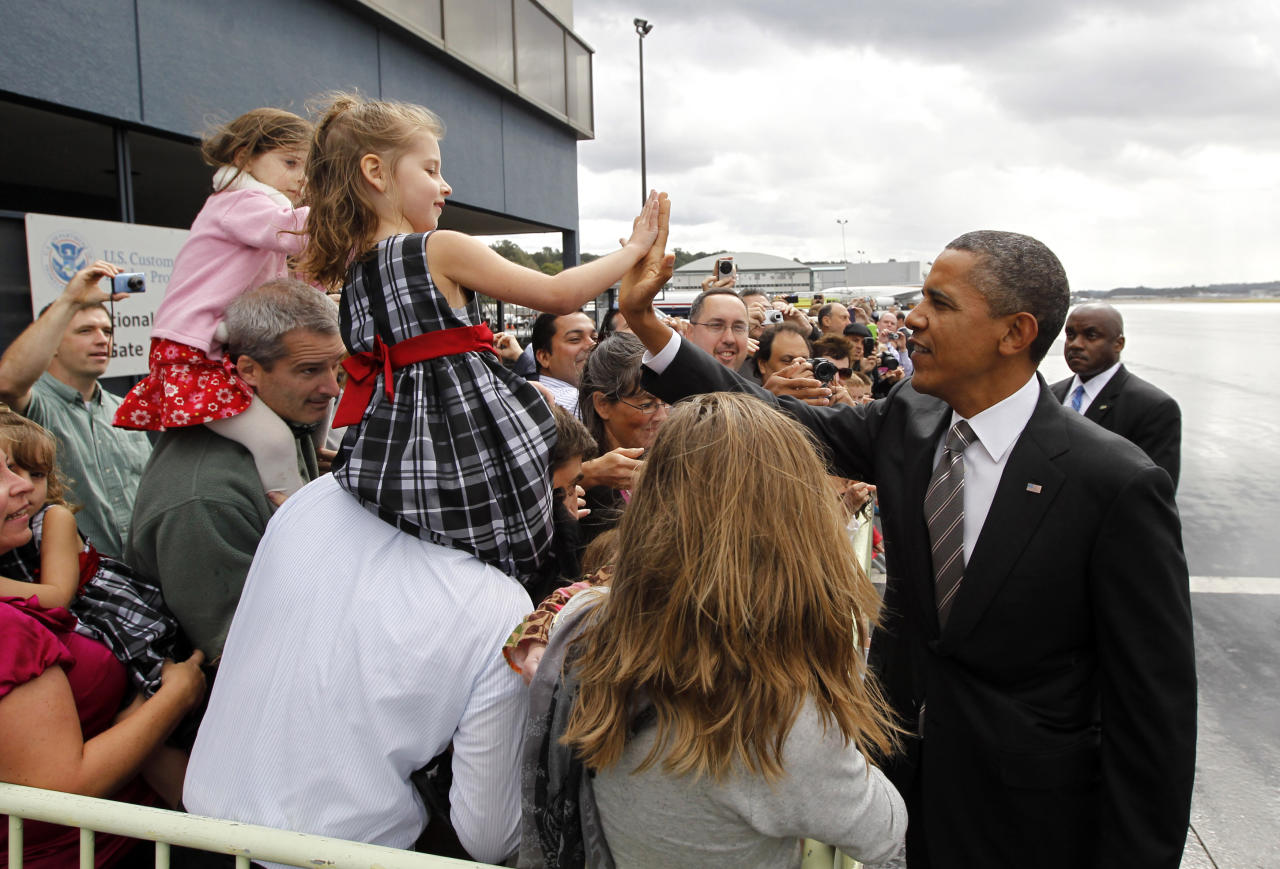 U.S. President Barack Obama greets well-wishers upon his arrival in Seattle, Washington, September 25, 2011. Obama is travelling to the west coast for Democratic party fundraisers and a town-hall style event on the economy.  REUTERS/Jason Reed   (UNITED STATES - Tags: POLITICS)