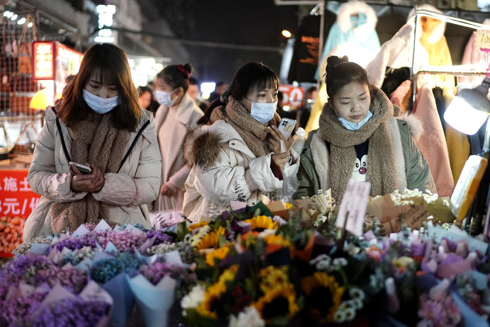 WUHAN, CHINA - DECEMBER 10:  (CHINA OUT)Residents bargain for vendor at a night market on December 10, 2020 in Wuhan, Hubei Province, China. Wuhan, with no recorded cases of Covid-19 transmissions since May, is gradually returning to normal.  (Photo by Getty Images)