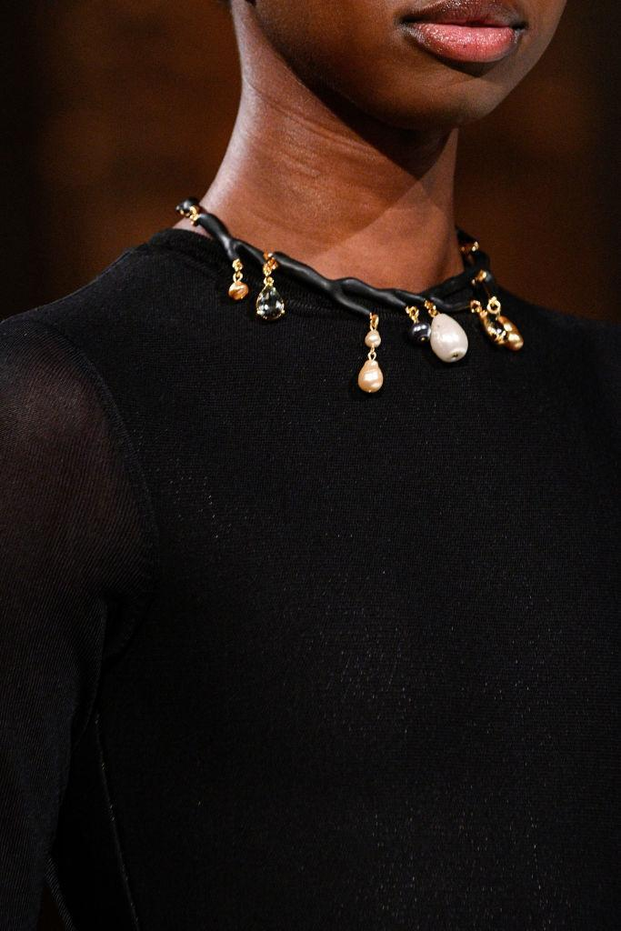<p>Pearl and crystal charm choker necklace at the Oscar de la Renta FW18 show. (Photo: Getty) </p>