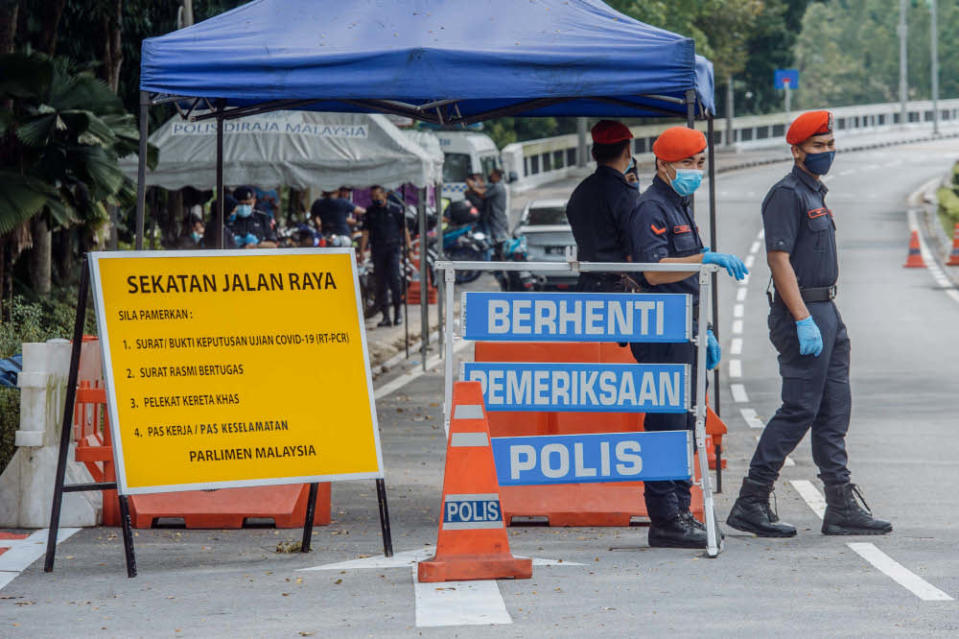 Parliament compound under heavy guard by police July 29, 2021. — Picture by Shafwan Zaidon