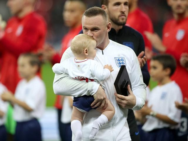 Rooney receives a plaque from Harry Kane