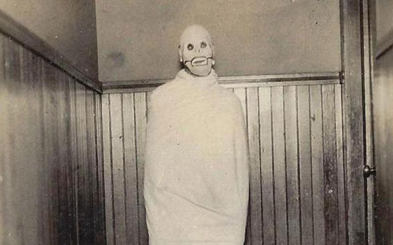 17 creepy vintage Halloween costumes that are truly scary AF